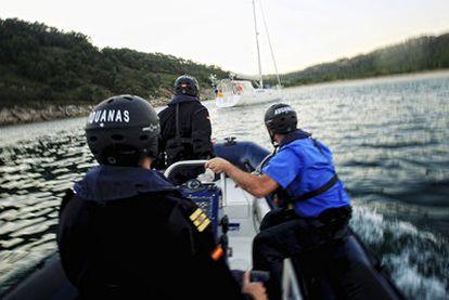 Agentes de Aduanas abordan un barco en la ría de Vigo.