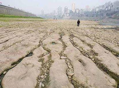 Un hombre camina en un área seca del río Yangtzé en la ciudad de Chongqing