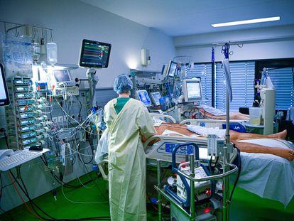 Personal sanitario atiende a pacientes con coronavirus en el hospital universitario de Aquisgrán, Alemania, el 9 de abril.