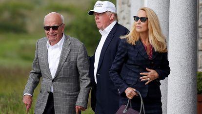Rupert Murdoch (izquierda) con cuarta esposa, Jerry Hall y el expresidente de Estados Unidos, Donald Trump en Aberdeen en junio de 2016.