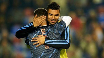 Eden Hazard y Casemiro se abrazan durante el calentamiento previo al partido contra el Levante, en febrero.