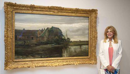 La baronesa Thyessen junto a uno de sus cuadros, en Sant Feliu.