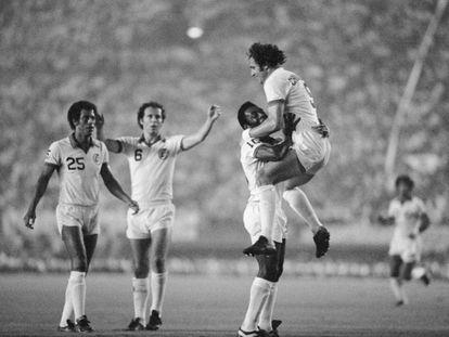 Pelé celebra un gol en una exhibición con el Cosmos junto a Chinaglia, ante la mirada de Beckenbauer, con el 6. GETTY