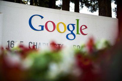 El logo de Google, ante su sede en Mountain View.