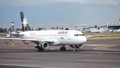 Un avión de Volaris, en el Aeropuerto Internacional de Ciudad de México.