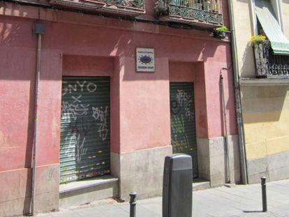 Local comercial cerrado en la calle Amparo, en Madrid.