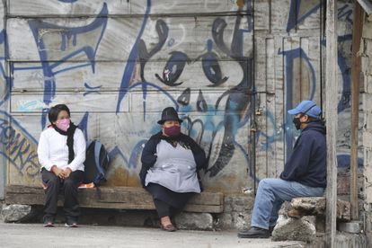 Three people protect themselves from the virus with masks, last July in Quito (Ecuador).