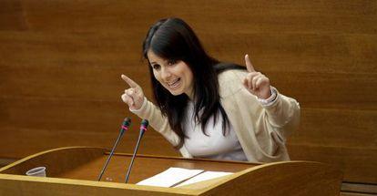 Esther López, diputada de Esquerra Unida, durante el debate de presupuestos en las Cortes.