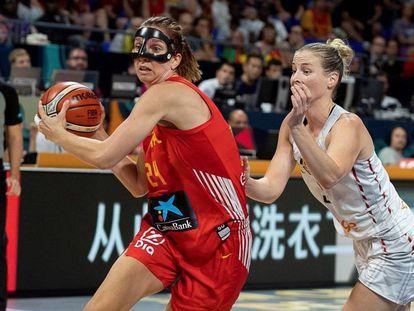 Laura Gil, con el balón, ante Kim Mestdagh en el España-Bélgica.