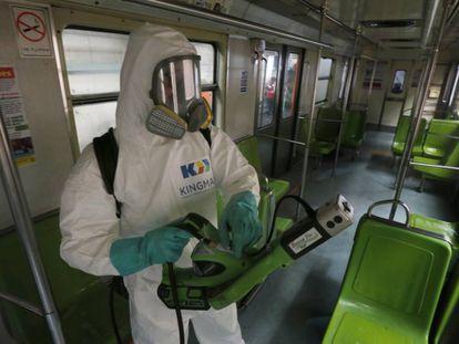 Personal de limpieza desinfecta un vagón de metro, este miércoles en Ciudad de México.