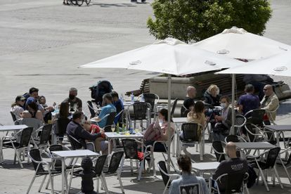 Varias personas en la terraza de un bar, el pasado 29 de mayo de 2021, en A Coruña.