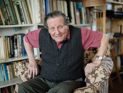 El escritor Luis Harrs, en su casa en Pensilvania, en abril de 2020.