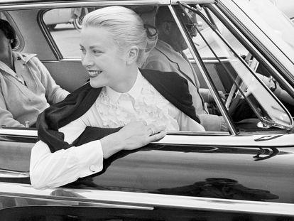 En la imagen Grace Kelly, con el anillo Trinity de Cartier.