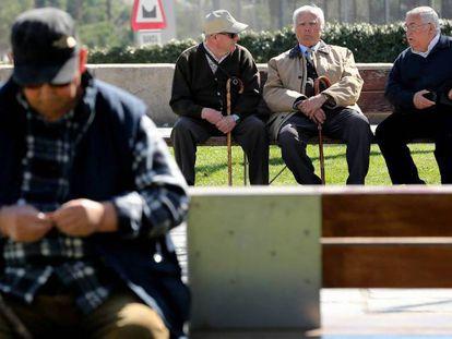 Un grupo de jubilados en la zona verde de Madrid Río, en la capital.