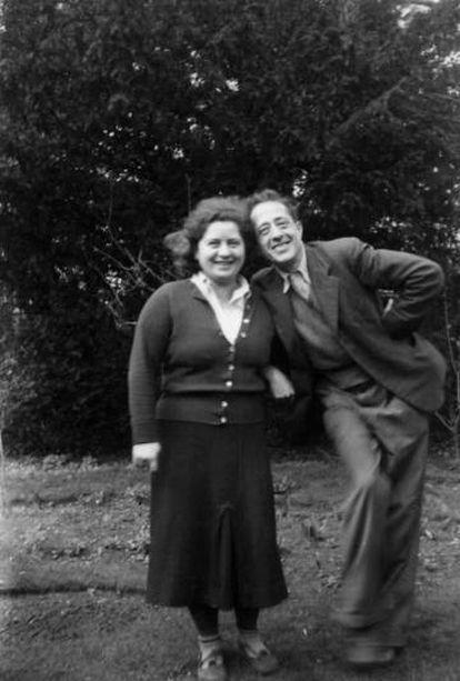 Ilsa y Arturo Barea, en el jardín de su casa en Faringdon (Reino Unido).