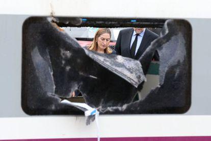 Mariano Rajoy y Ana Pastor el jueves en el lugar del accidente del tren Alvia, en Angrois.
