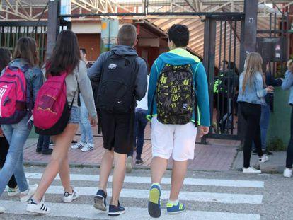 Alumnos a la entrada de un Instituto de Educación Secundaria.