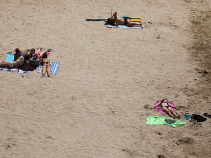 Una playa de Salou casi vacía durante el confinamiento.
