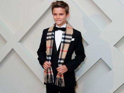 Romeo Beckham protagoniza el nuevo anuncio navideño de Burberry.