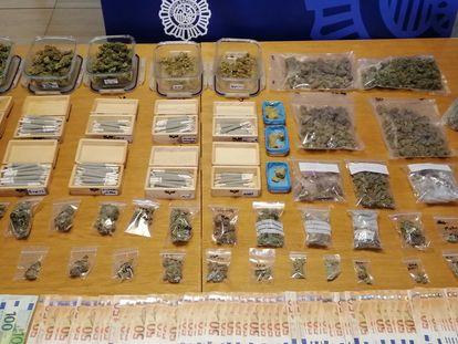 Efectos intervenidos por la Policía Nacional con una asociación cannábica usada como tapadera para la venta de marihuana y hachís desmantelada en Santiago.