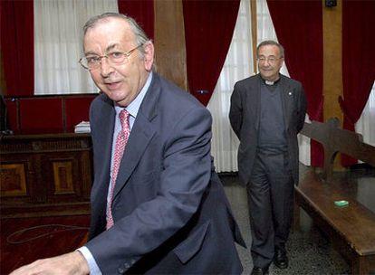 El notario Alejo Calatayud y el presidente de la fundación San Rosendo, Benigno Moure, ayer, en la Audiencia Provincial de Ourense.