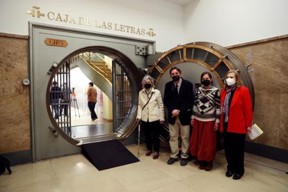 From the left, Asunción Carendell, the director of the Instituto Cervantes, Luis García Montero, Julia Goytisolo and the writer Carme Riera at the entrance to the vault of the Caja de las Letras.