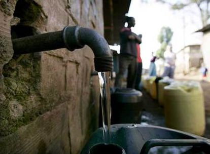 Residentes de Kenia esperan para comprar agua, en esta fotografía de archivo.