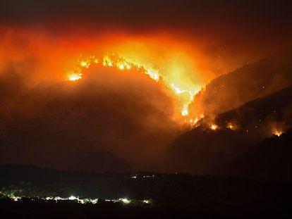 Las llamas devoran el monte en el incendio de Sierra Bermeja.