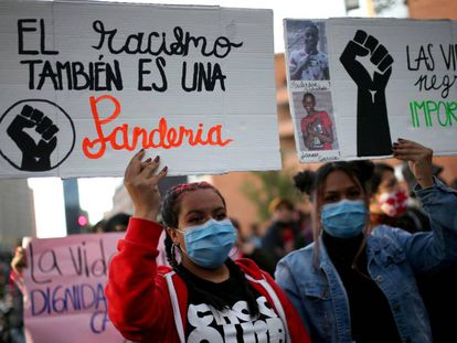 Dos mujeres sostienen pancartas contra el racismo en una de las protestas generadas en todo el mundo tras el asesinato del estadounidense George Floyd a manos de la policía. En Bogotá, Colombia, el 15 de junio de 2020.
