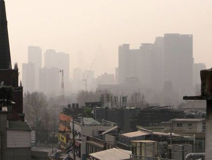Vista de la contaminación que cubre la ciudad de Seúl, en Corea del Sur.
