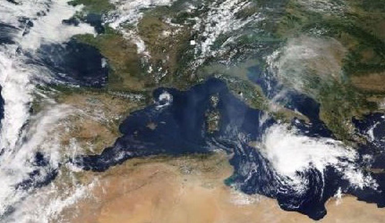 Formación del medicane al sur de Italia y Grecia captado por la NASA el 16 de septiembre.