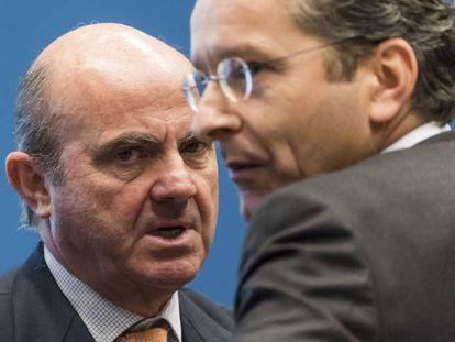 El ministro español de Economía, Luis de Guindos, y el presidente del eurogrup, Jeroen Dijsselbloem
