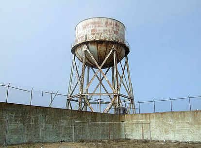 El depósito, además de coronar el patio de recreo, proporcionaba el única agua dulce de la que se disponía en la prisión