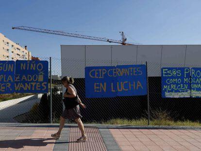 Una mujer pasa por delante del colegio Miguel de Cervantes de Getafe, uno de los centros donde se reubicará a sus alumnos.