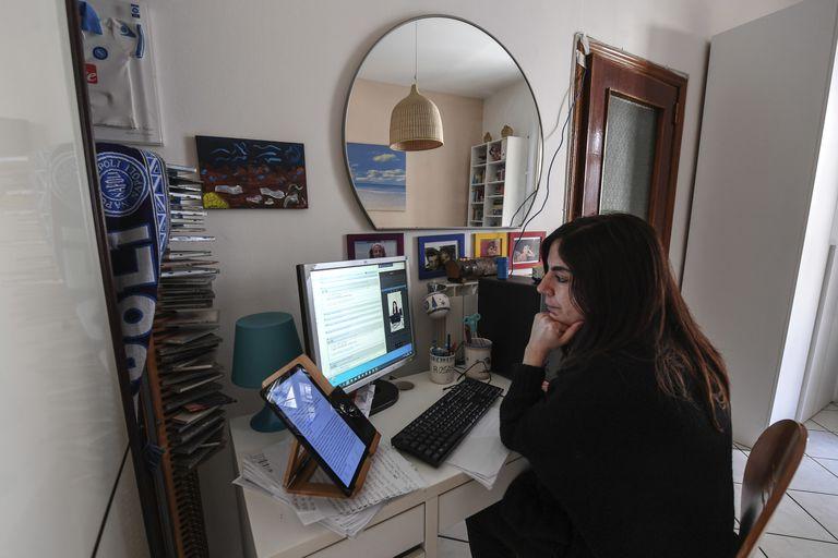 Una mujer trabaja desde casa durante el confinamiento en Italia.