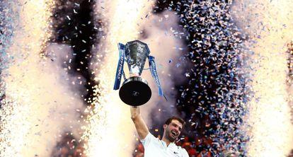 Dimitrov eleva el trofeo del Masters, ayer en Londres.