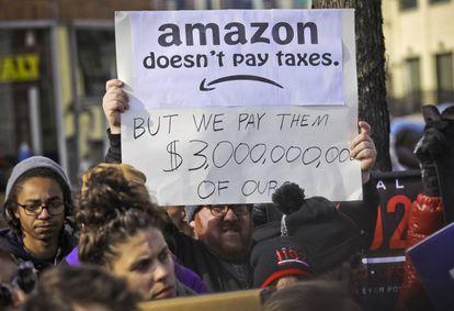 Un grupo de manifestantes protestan contra el proyecto de Amazon en Nueva York.