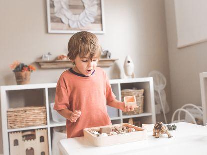 Un niño mira asombrado una caja de juegos.