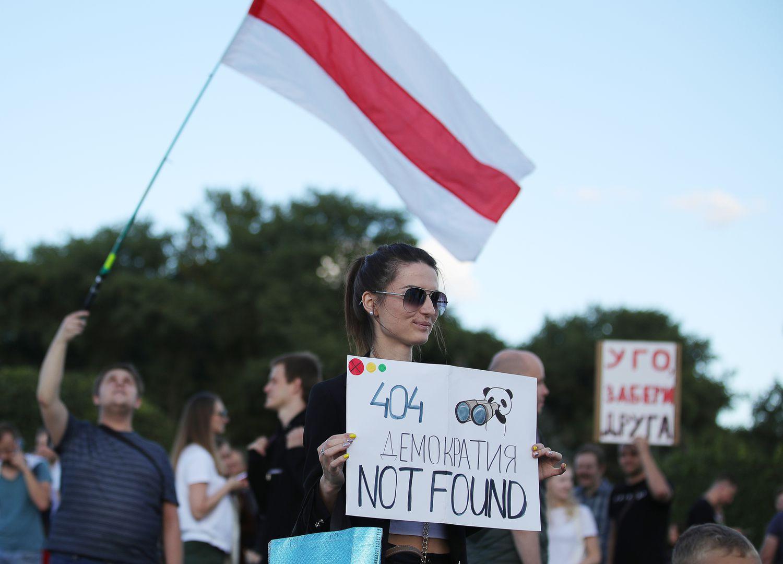 Una manifestante protesta por las consecuencias de la situación en Bielorrusia en la industria tecnológica, en Minsk, este viernes.