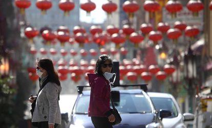 Paseantes con mascarilla en el barrio chino de San Francisco, el miércoles.