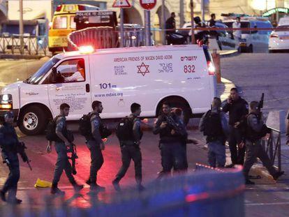 Las fuerzas de seguridad israelíes acordonan los alrededores de la Puerta de Damasco, este viernes.