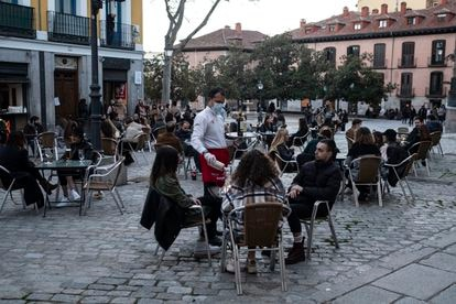 Ambiente en terrazas en barrio de La Latina, en el centro de Madrid.