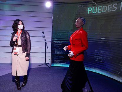 La presidenta madrileña, Isabel Díaz Ayuso, este lunes con el robot Sophia en el centro de proceso de datos del 4-M en Ifema.