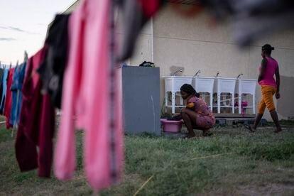 Una migrante haitiana lava su ropa en un albergue temporal en Del Río (Texas).