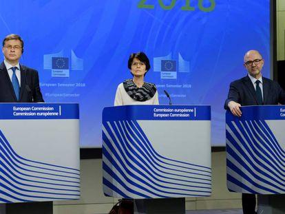 El vicepresidente de la Comisión Europea, Valdis Dombrovskis (i), la comisaria de Empleo, Marianne Thyssen (c), y el de Asuntos Económicos, Pierre Moscovici (d).