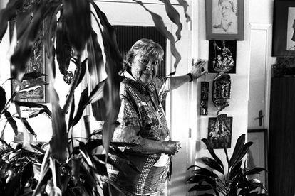 Gloria Fuertes fotografiada fumando en 1995, tres años antes de que muriera a causa de un cáncer de pulmón.