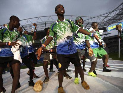 Jugadores del equipo Diamond Child, de Sierra Leona, durante el desfile inaugural de la Donosti Cup 2019.