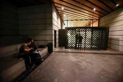 Visitantes delante de una entrada ya cerrada del Museo Del Prado en Madrid.