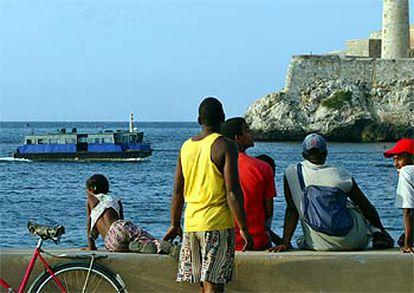 Varios ciudadanos de La Habana observan el transbordador secuestrado a principios de mes desde el malecón.