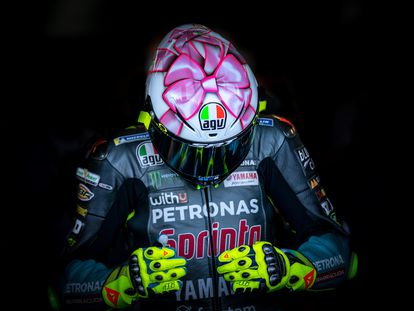 Valentino Rossi sale a pista en Misano con la edición especial de su casco, diseñado, como todos, por Aldo Drudi.
